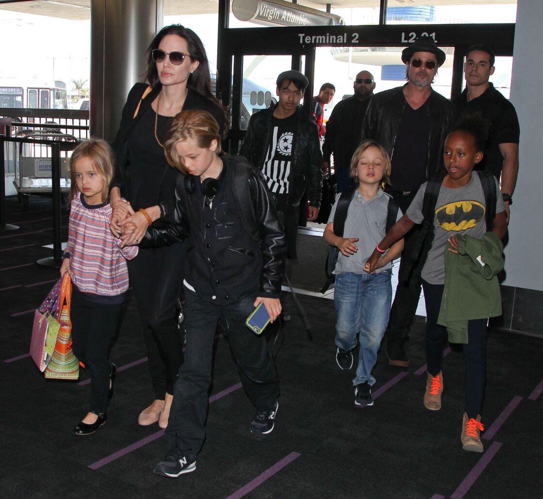 Angelina et Brad Pitt, avec leurs six enfants, à l'aéroport de Los Angeles en 2015.