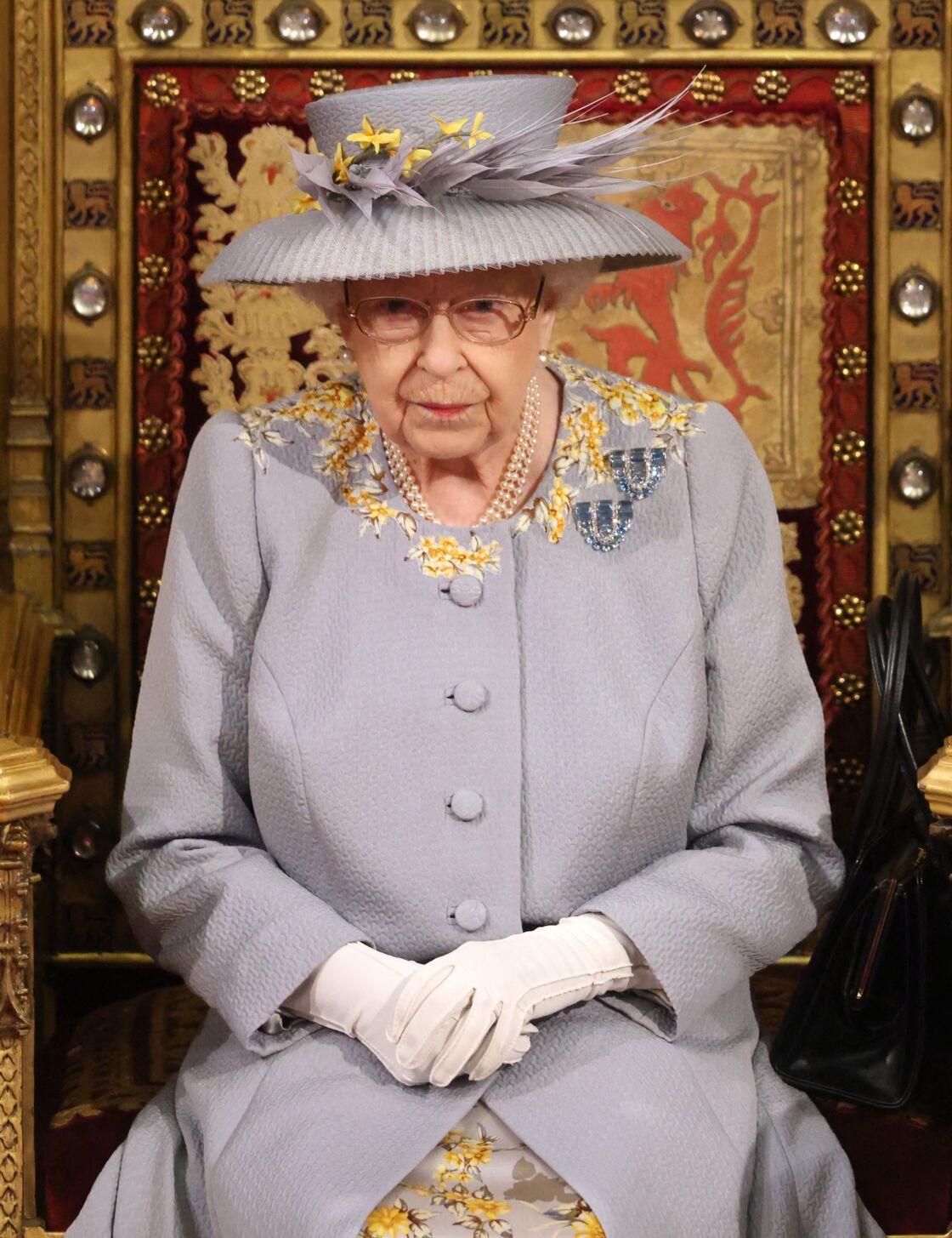 Le 11 mai 2021 au Parlement, la reine Elizabeth II recycle son manteau déjà porté à Ascot en juin 2019