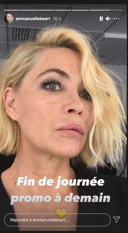 Emmanuelle Béart revient au blond platine et au carré court