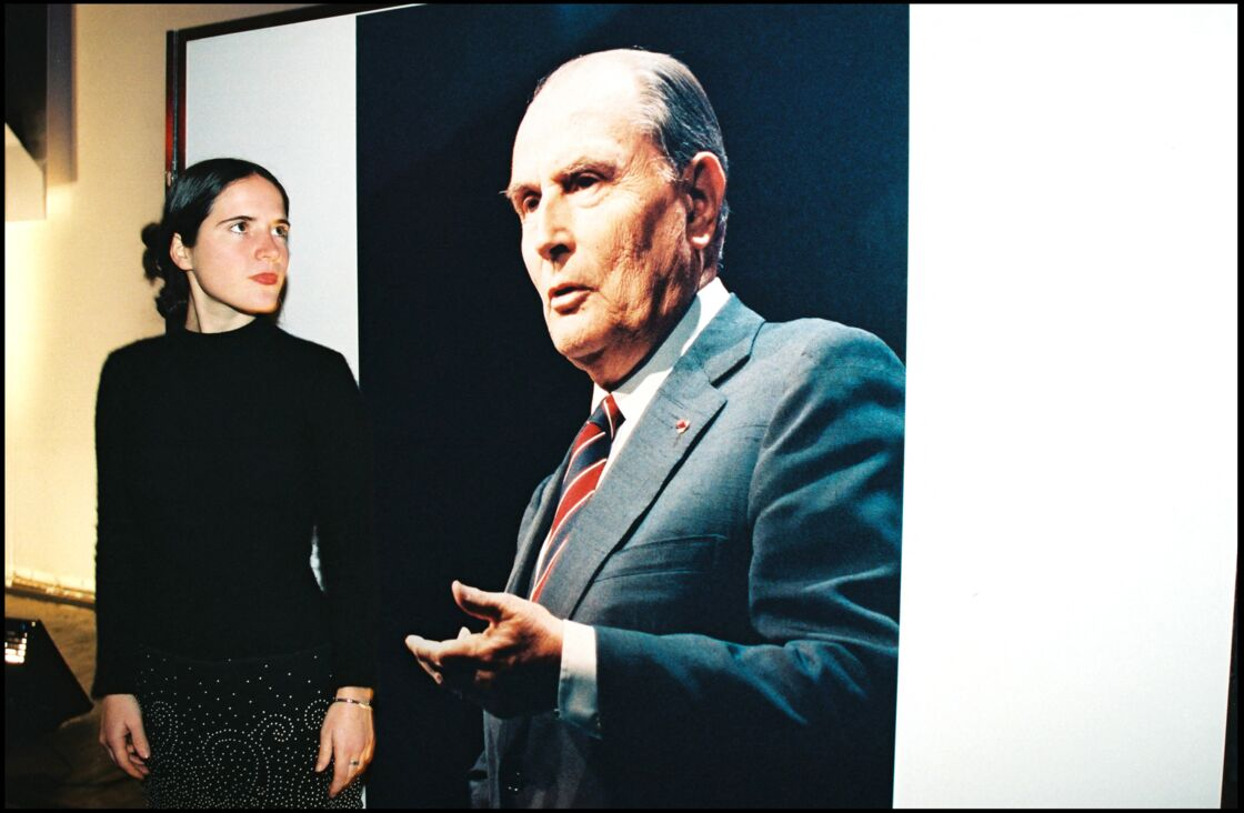 Mazarine Pingeot devant un portrait de son père, François Mitterrand, à la soirée du 2e anniversaire de sa mort, en janvier 1998.