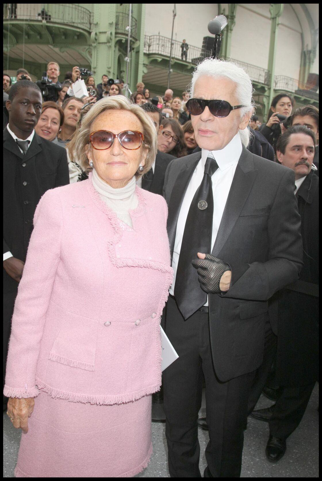 Bernadette Chirac aux côtés de Karl Lagerfeld, au défilé Chanel de la collection printemps-été 2009.