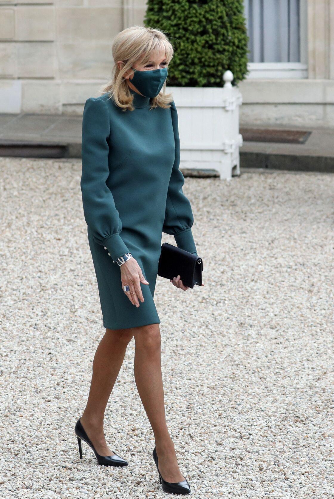 Brigitte Macron opte pour des collants chairs très fins et satinés pour sublimer ses jambes fines