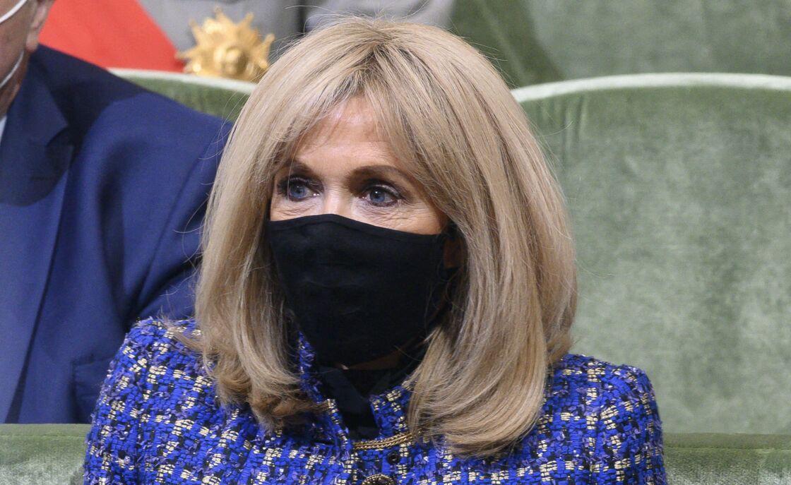 Brigitte Macron souligne ses yeux bleus d'un trait d'eye liner noir pour les mettre en valeur