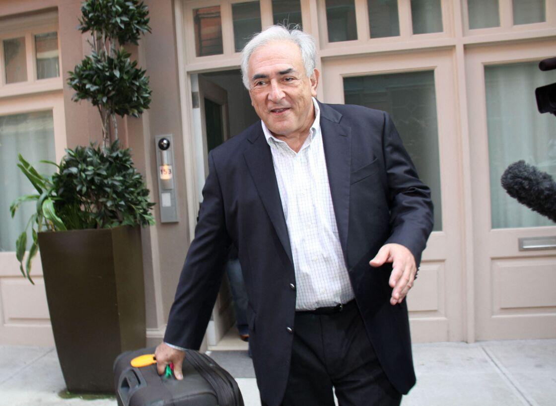 Tout sourire, Dominique Strauss-Kahn quitte son domicile de New York après avoir été blanchi des accusations de viol à son encontre, en 2011.