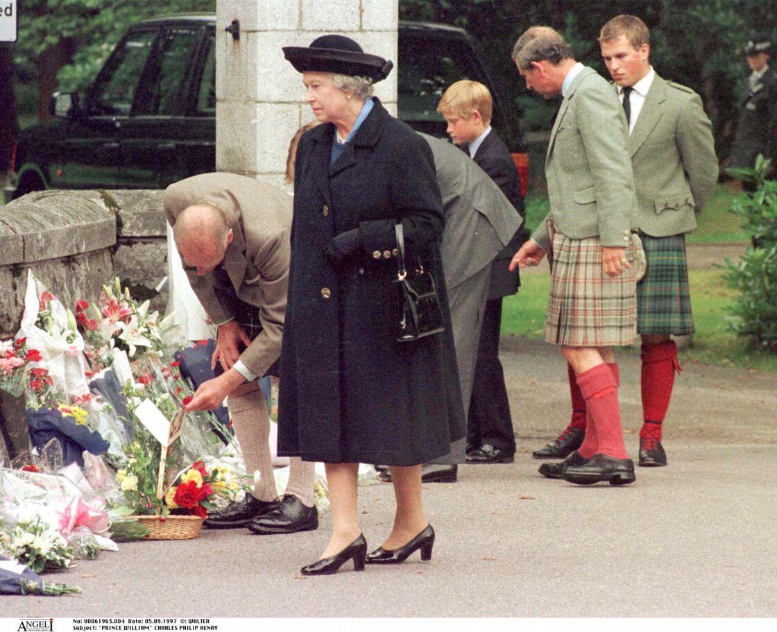 Elizabeth devant les hommages dédiés à la princesse Diana en 1997