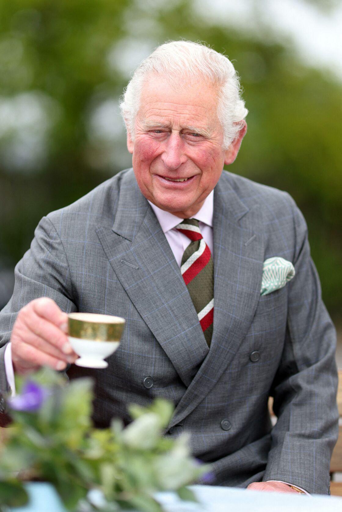 Le prince Charles, tout sourire, dégustant une tasse de thé à l'occasion d'une visite à Cardiff, ce vendredi 14 mai.