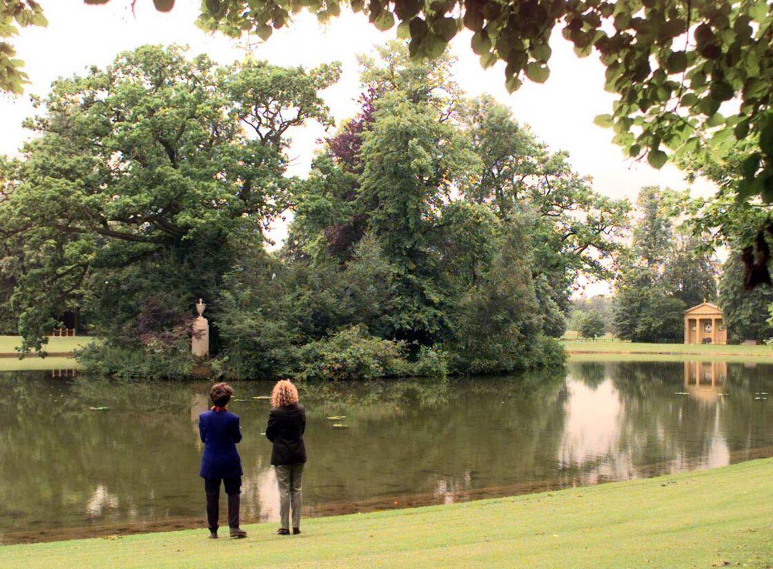 La tombe de Diana (au fond à droite) dans les jardins du domaine d'Althorp.