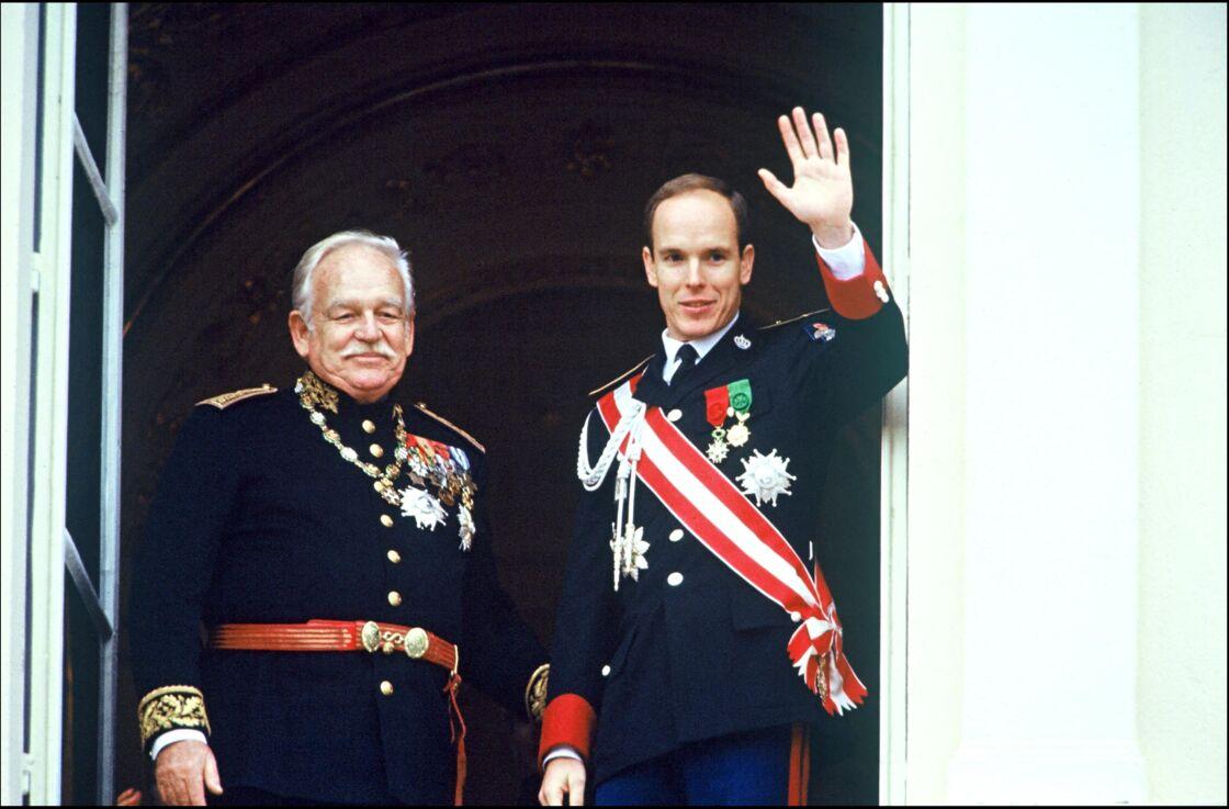 Le prince Albert II de Monaco au côté de son père, le prince Rainier, lors de la fête nationale monégasque, en 1990.