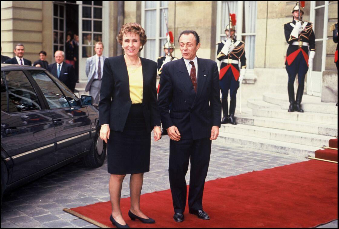 Édith Cresson à Matignon avec son prédécesseur Michel Rocard, lors de la passation de pouvoir.