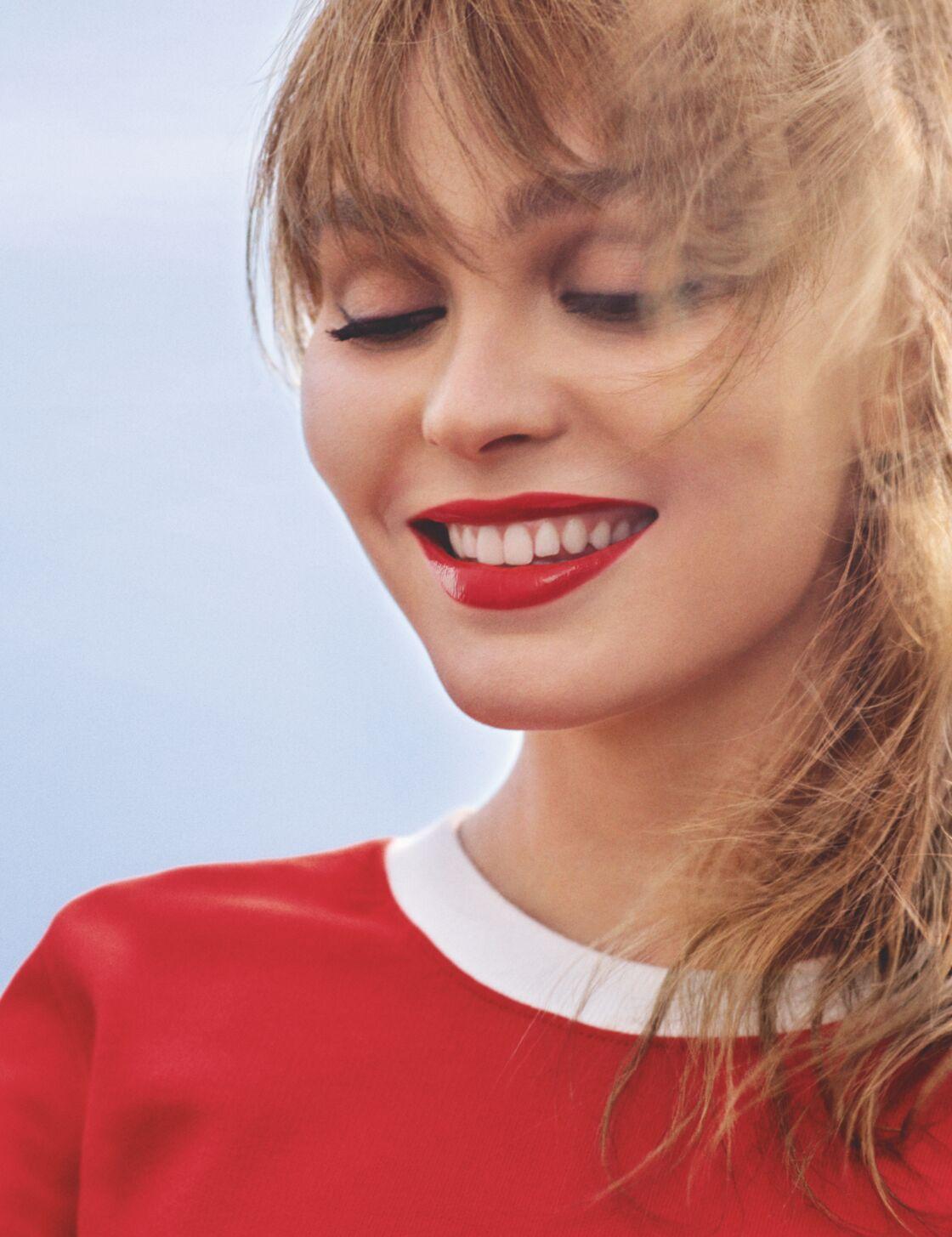 Lily-Rose Depp mutine avec sa frange rideau dans la nouvelle campagne Chanel