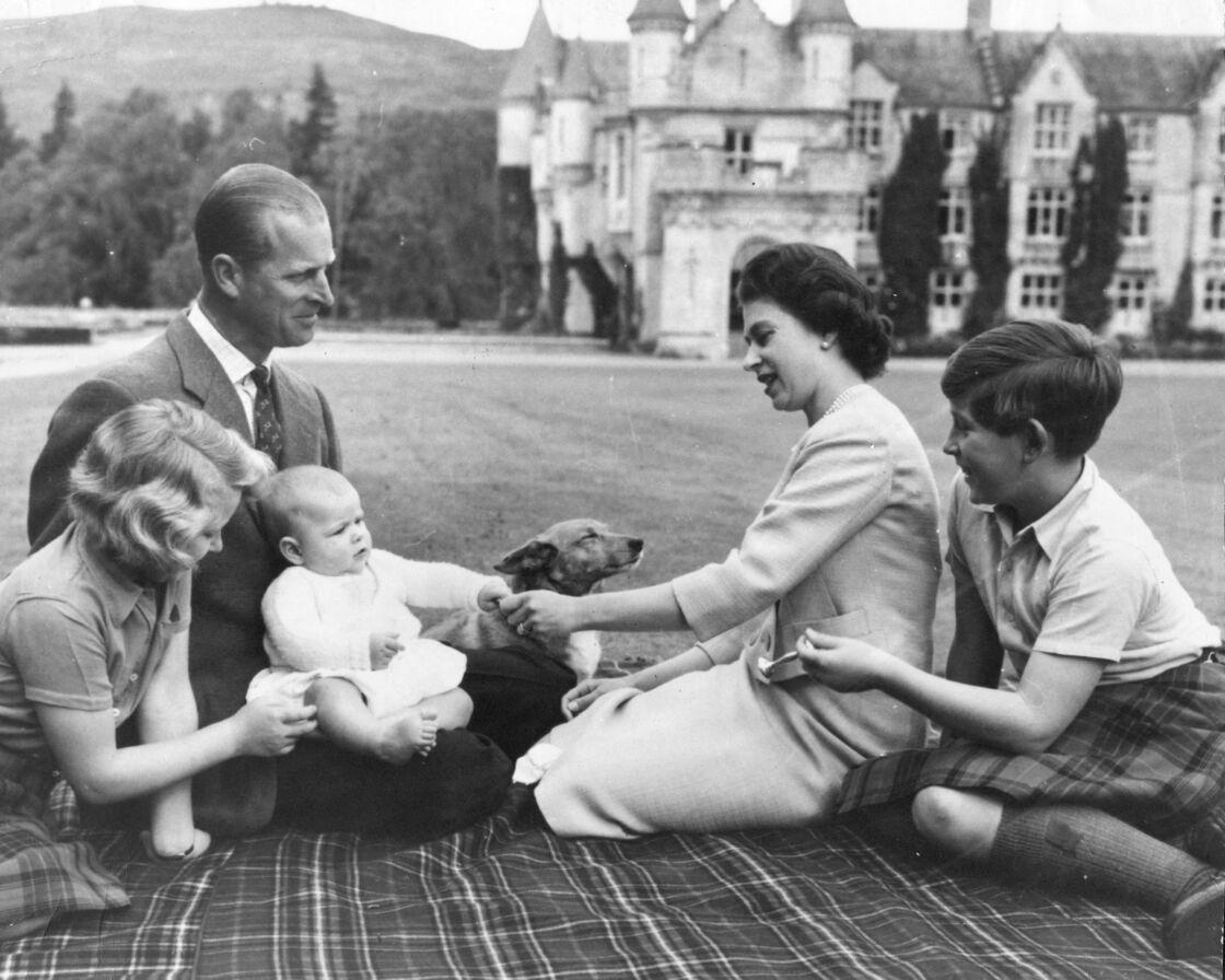 Le prince Philip et Elizabeth II entourés du prince Charles, de la princesse Anne et du prince Andrew dans le parc du château de Balmoral, en 1960.