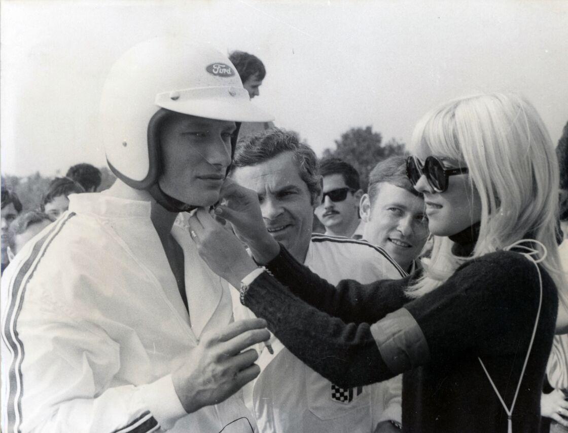 Johnny Hallyday et Sylvie Vartan avant le départ de la course automobile ACJF à Montlhéry, le 15 juin 1970