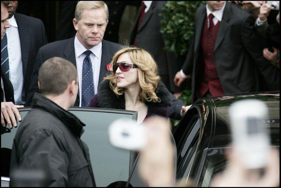 Madonna quitte l'hôtel du Crillon après avoir participé à la Star Academy, le 12 novembre 2005