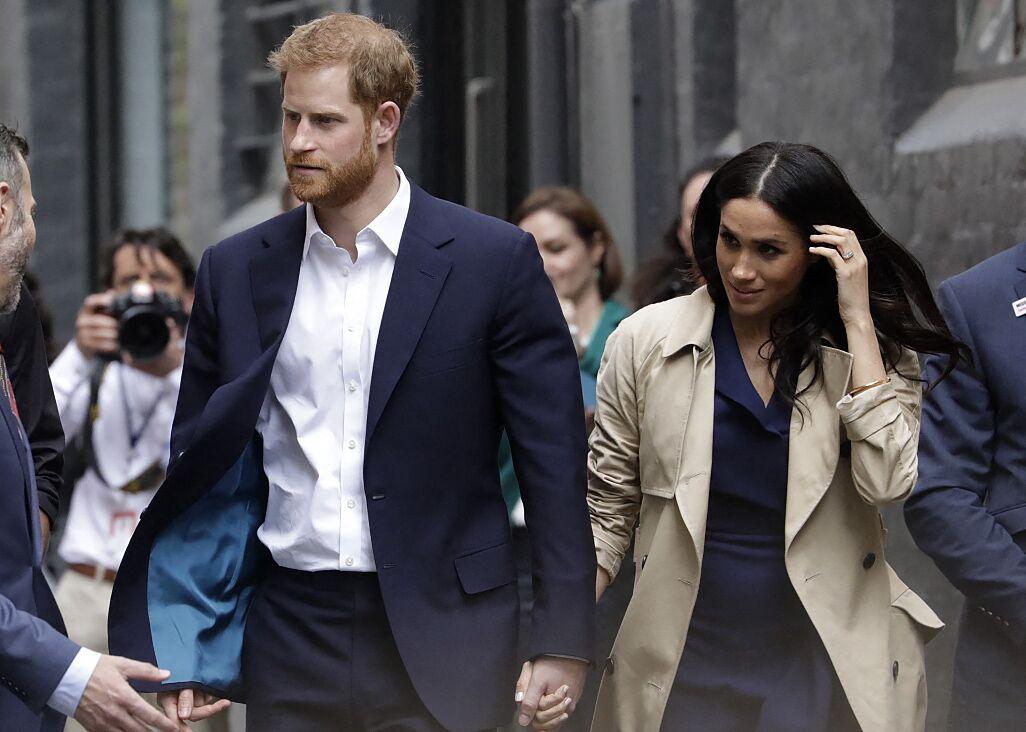 Le prince Harry et Meghan Markle vont à la rencontre de la foule venue les accueillir, lors de la visite des jardins botaniques de Melbourne, le 18 octobre 2018.