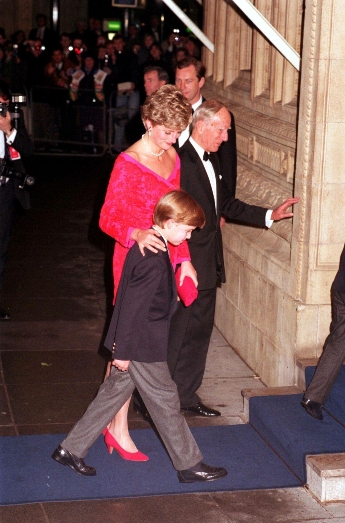 La princesse Diana arrive à une soirée accompagnée de son fils William