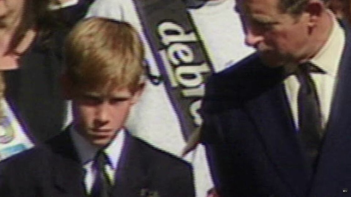 Harry se tient aux côtés de son père le Prince Charles, lors des funérailles de la princesse Diana, le 6 septembre 1997