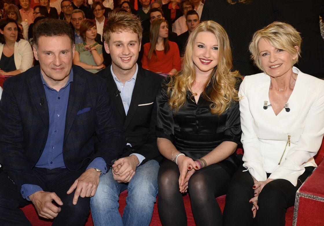 Sophie Davant et son ex-mari, Pierre Sled, aux côtés de leurs enfants Valentine et Nicolas, sur le plateau de Vivement dimanche en 2015.