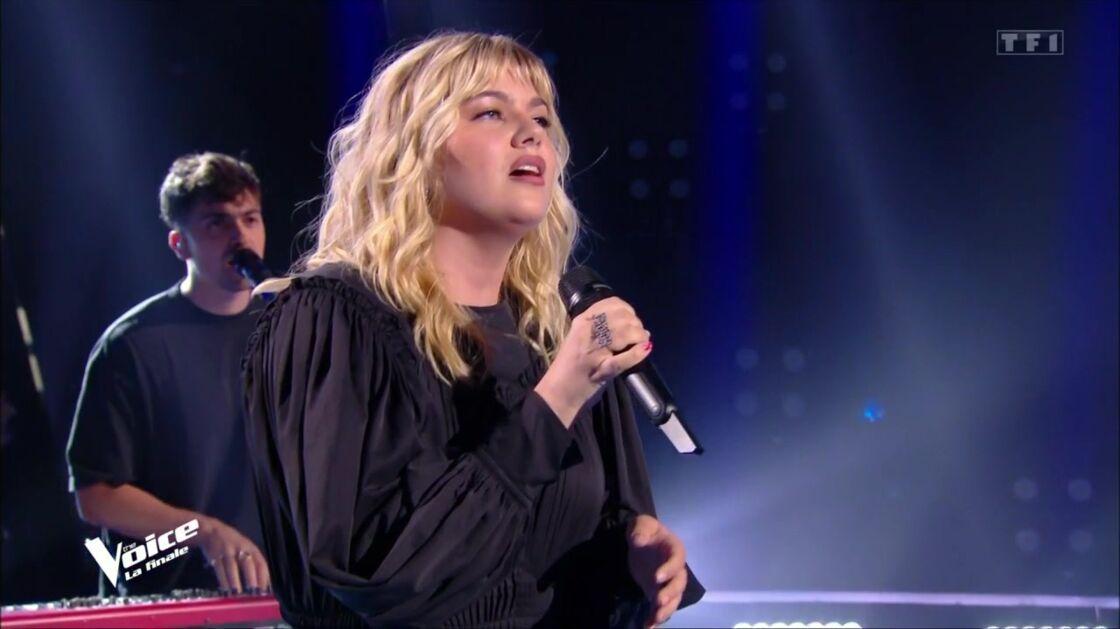 Louane et son compagnon Florian Rossi pendant l'interprétation de leur morceau Aimer à mort, lors de la finale de The Voice, ce samedi 15 mai.