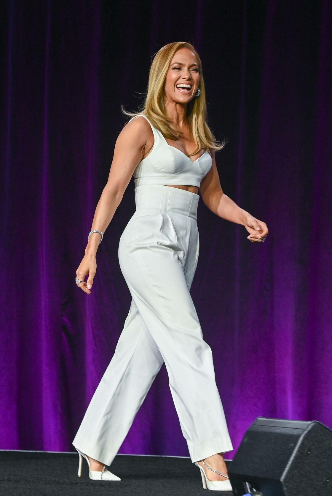 Jennifer Lopez, fidèle à ses crop top pour marquer sa taille fine.