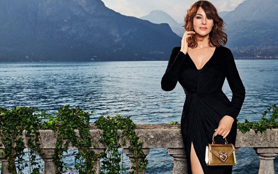 Monica Bellucci embrasse ses courbes pour une campagne de Dolce & Gabbana.