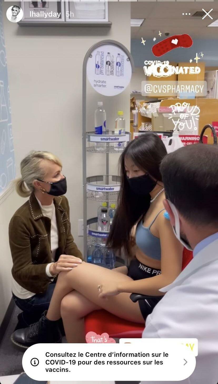 Jade Hallyday se fait vacciner en présence de sa mère Laeticia