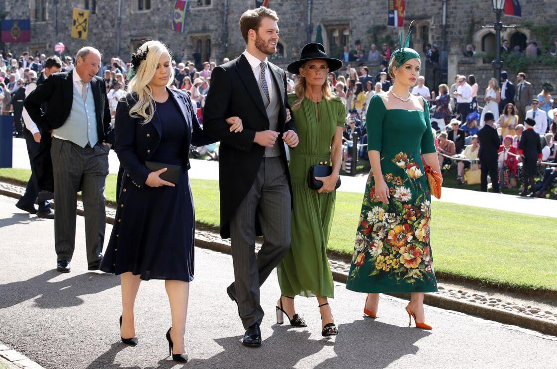 Louis Spencer, aux bras de sa grande soeur, Eliza (à gauche), et de sa mère, Victoria Aitken à droite), au mariage de Meghan Markle et de Harry, le 19 mai 2018.