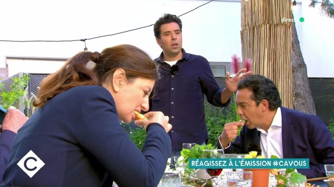 Patrick Cohen mangeant le Poke Bowl préparé par Abdel Alaoui dans C à Vous sur France 5 le 19 mai 2021