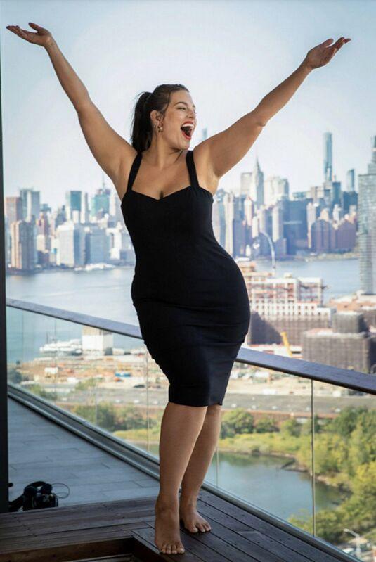 Ashley Graham, pendant le tournage de la vidéo annonçant sa collaboration avec la marque St.Tropez. Une photo qui illustre parfaitement la joie de vivre et la bonne humeur communicative du mannequin américain.