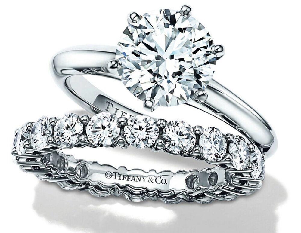 En imaginant dès 1886 son fameux Tiffany Setting, ce diamant solitaire serti de 6 griffes, le joaillier démocratise la bague de fiançailles. Simple et précieuse à la fois, elle reste un best-seller outre-Atlantique.