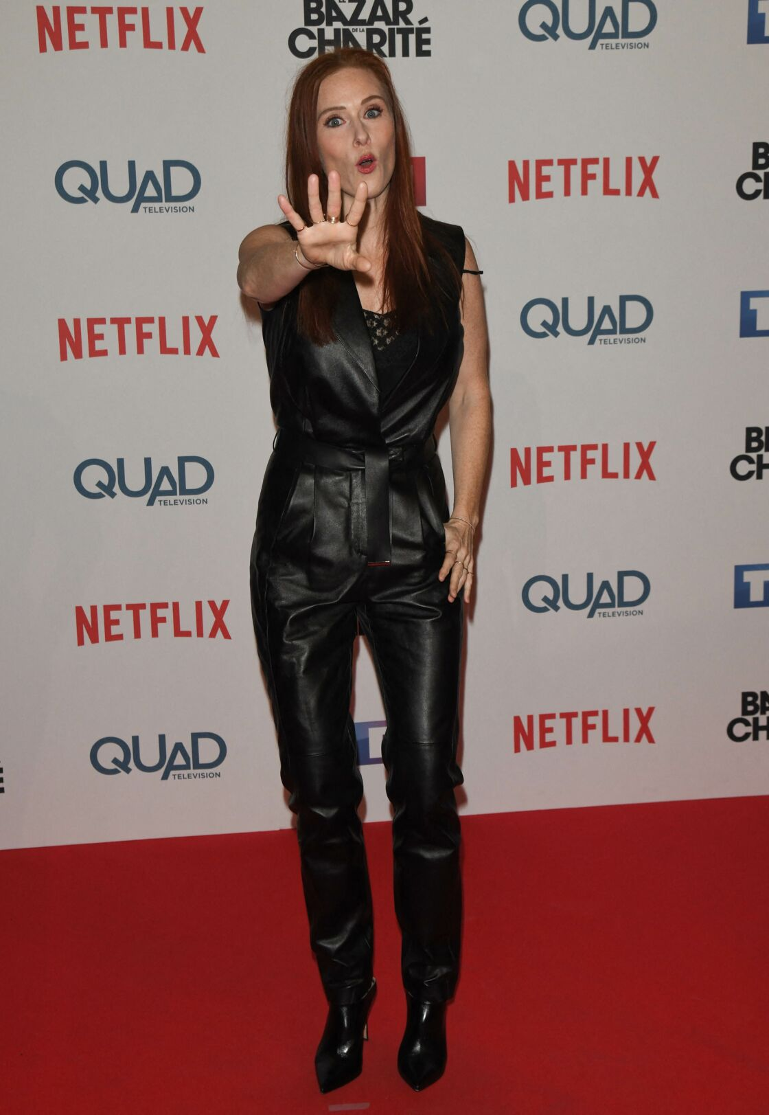 Audrey Fleurot aime mixer les matières et sait porter la combinaison noire en cuir