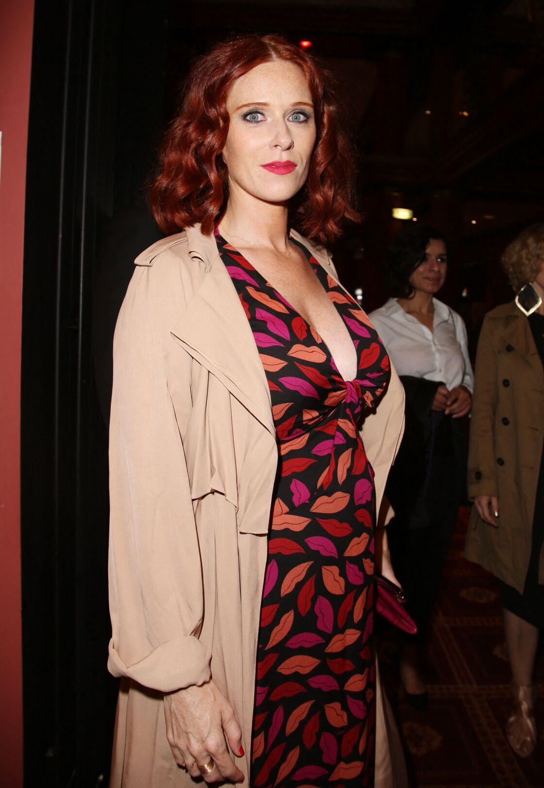 Audrey Fleurot enceinte associe son trench beige à une robe fleurie et décolletée lors du 41ème Festival du film américain de Deauville