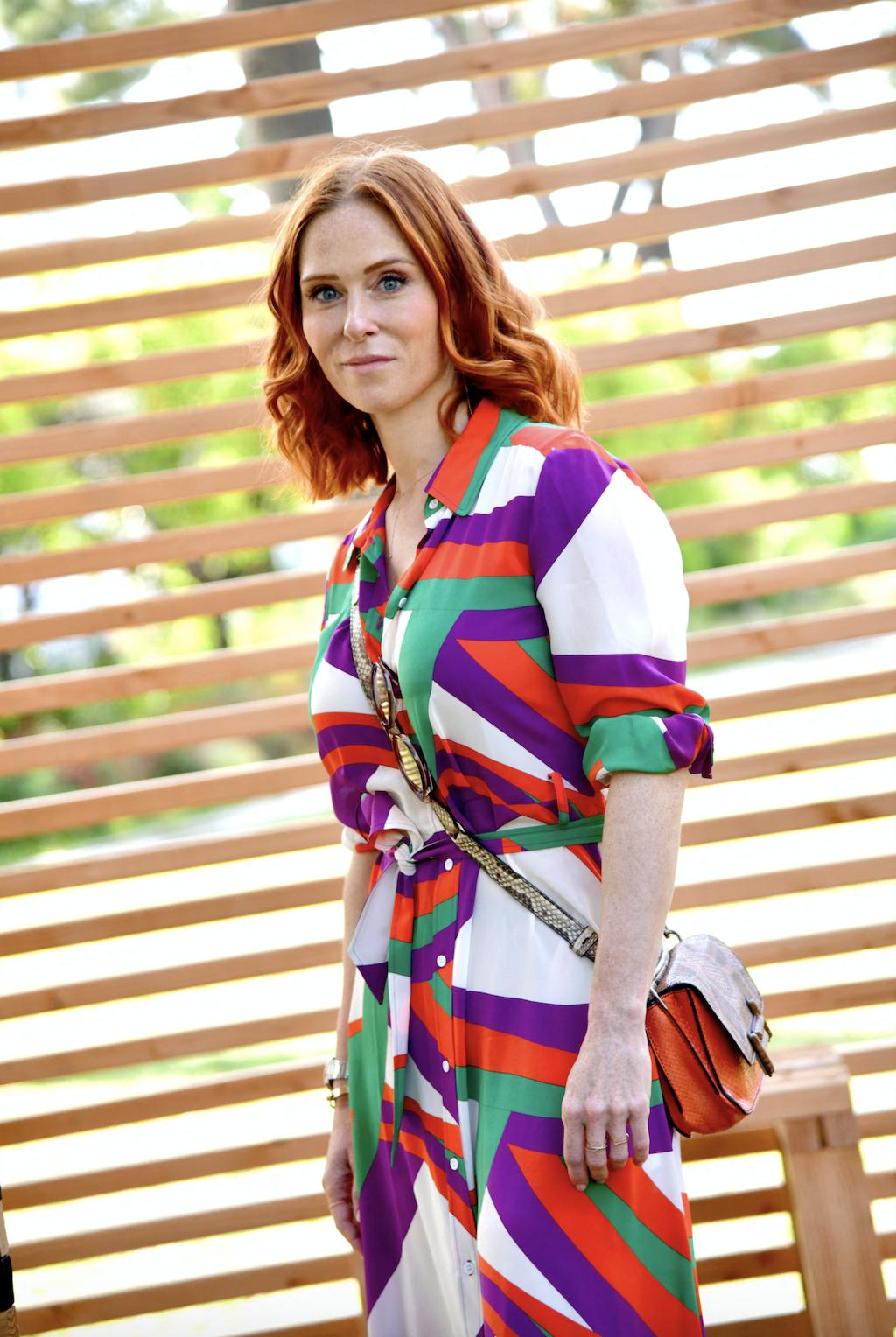 Audrey Fleurot en robe colorée et en sac à bandoulière léopard