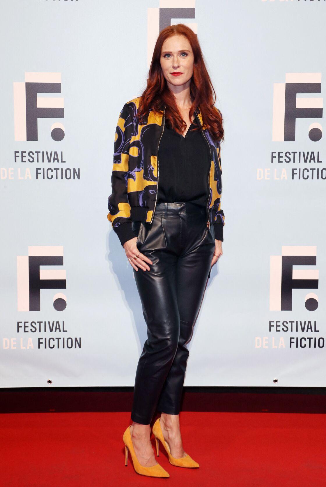 Audrey Fleurot rock et glamour associe son pantalon en cuir à des escarpins jaunes et un blouson à imprimés