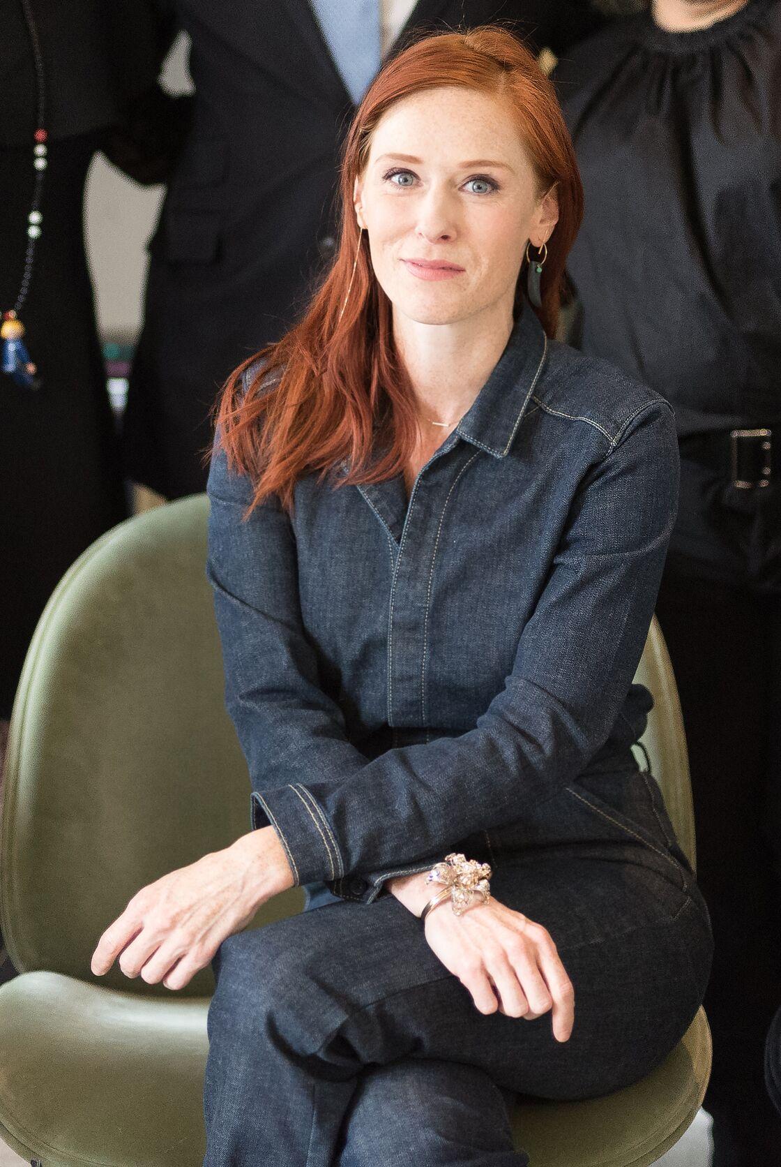 Audrey Fleurot adoucit son teint porcelaine avec une combinaison foncée en jean près du corps