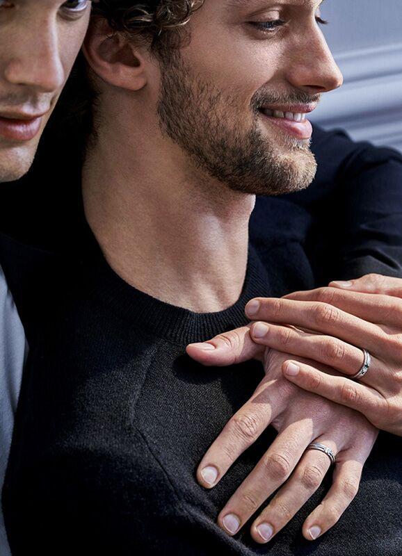 Pour célébrer l'amour sous toutes ses facettes, le roi de la bague de fiançailles s'adressera désormais aussi aux hommes.