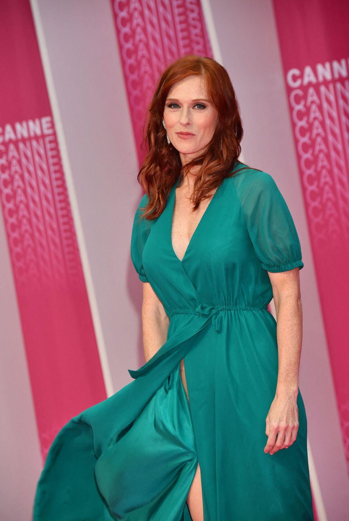 Audrey Fleurot adepte du décolleté éblouit le tapis rouge de Cannes en robe estivale turquoise