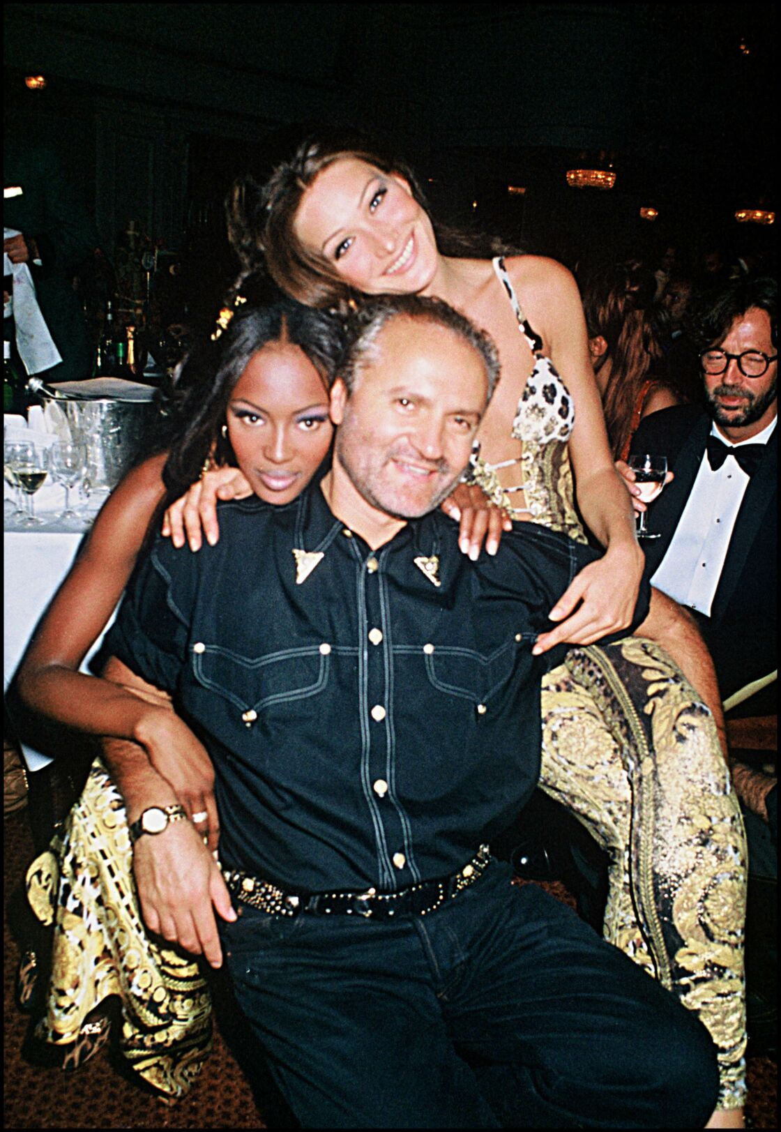 Naomi Campbell, Carla Bruni et le créateur assassiné le 15 juillet 1997 Gianni Versace