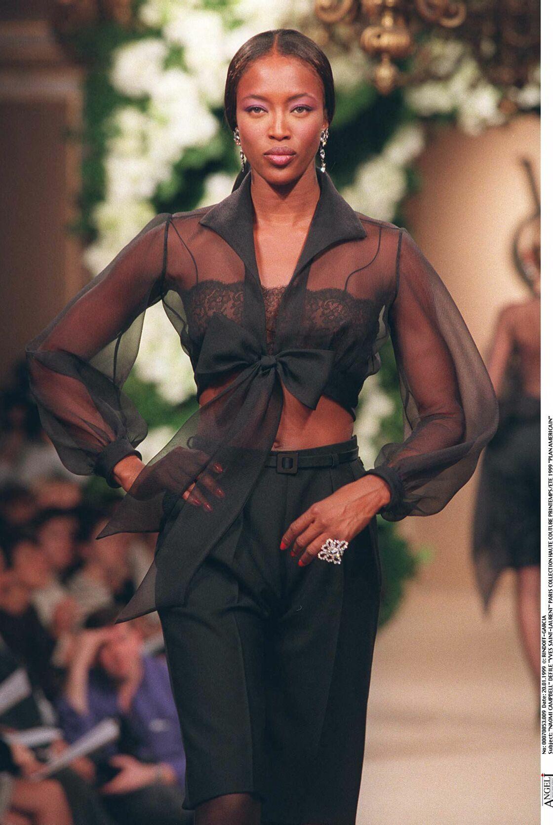 Naomi Campbell fait sensation au défilé Yves Saint-Laurent printemps été 1999
