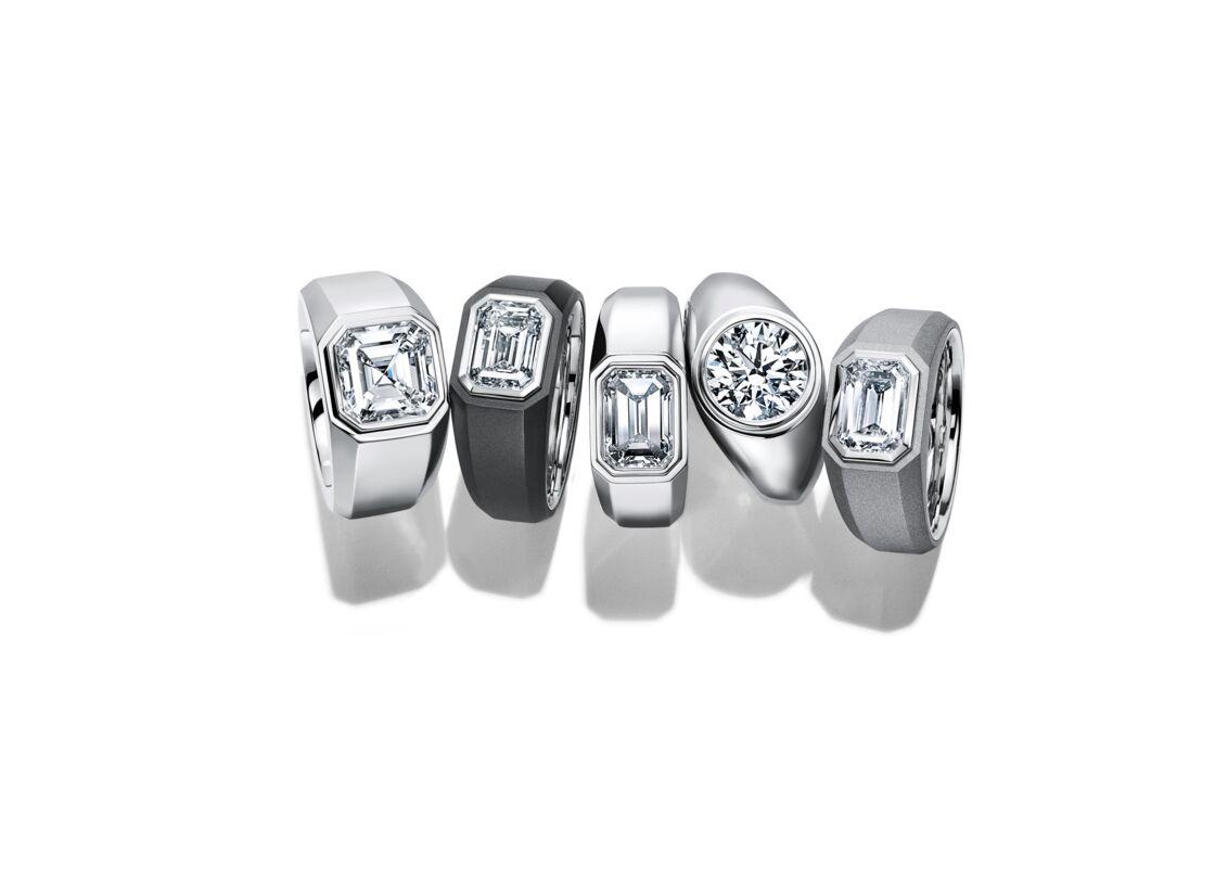 Ornée d'un diamant, la bague de fiançailles Charles Tiffany Setting a des airs de chevalière.