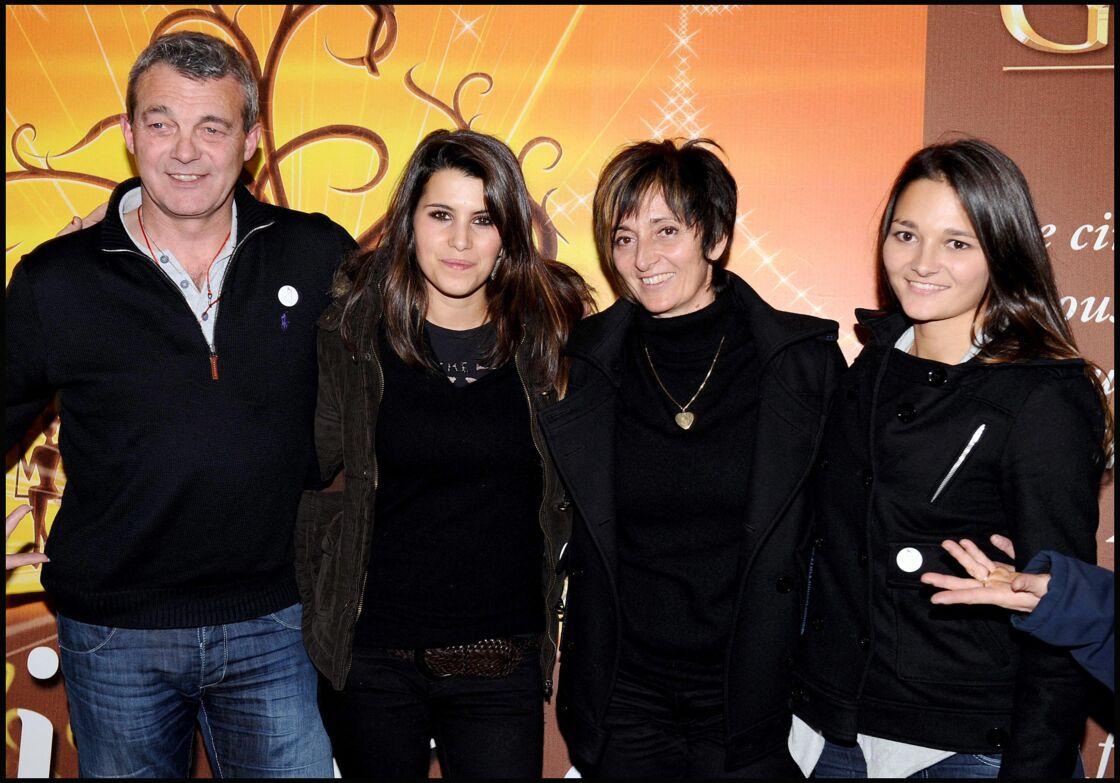 Karine Ferri entourée de Pierre, Laurence et Leslie Lemarchal lors d'une représentation du cirque Arlette Gruss, le 5 décembre 2008