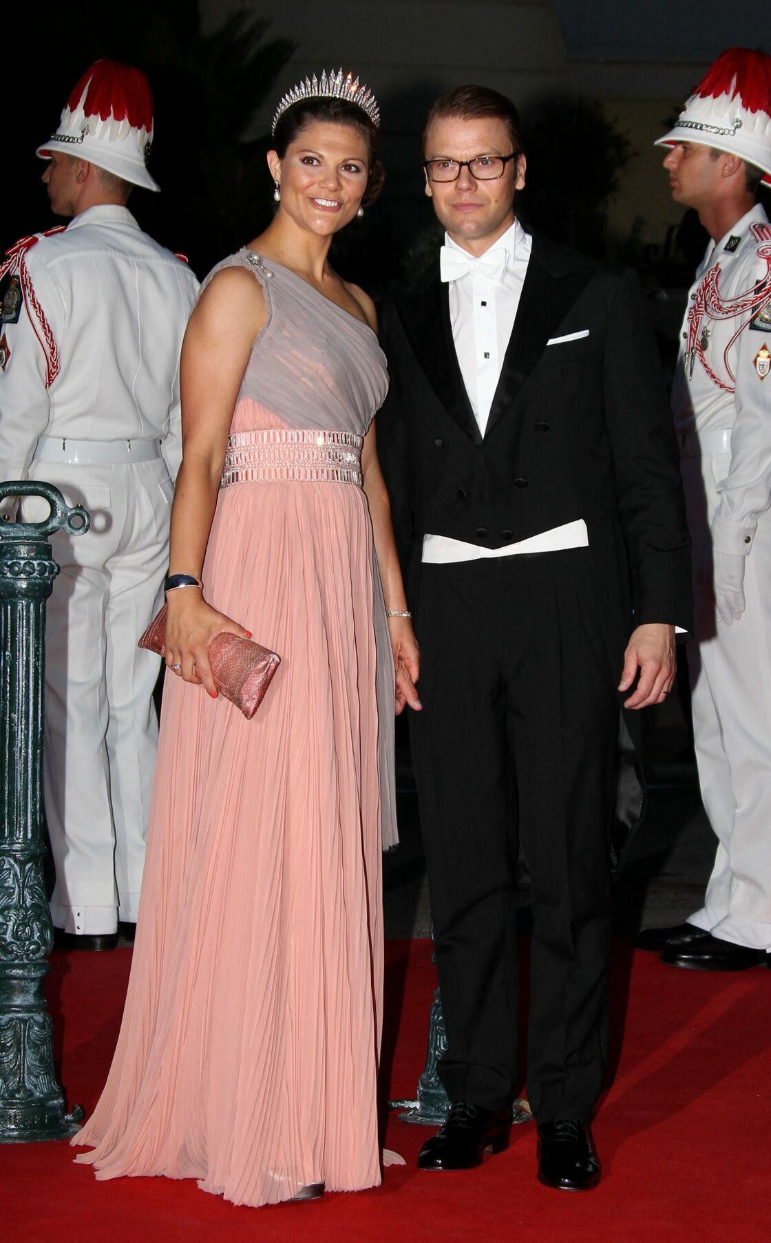 La robe longue et asymétrique de Victoria de Suède au mariage de son frère Carl avec Sofia de Suède.