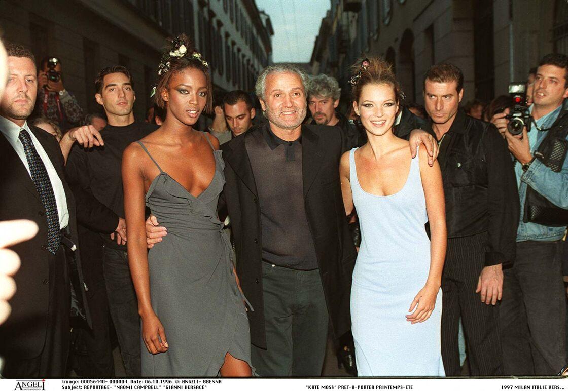 Naomi Campbell accompagnée de Gianni Versace et Kate Moss au défilé Versace printemps été 1997