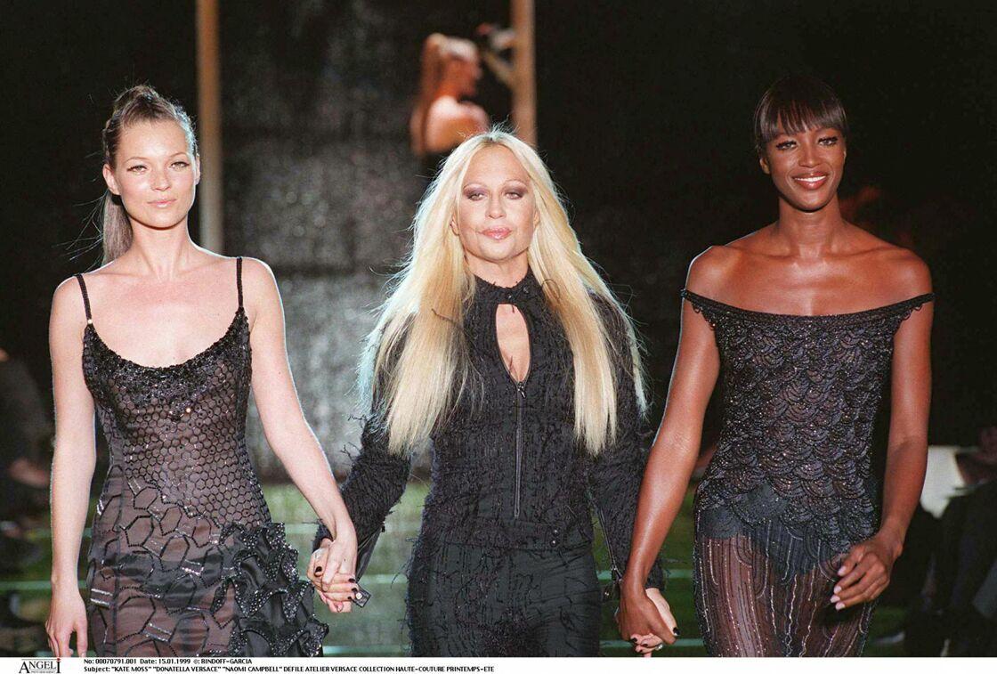 Naomi Campbell accompagnée de Donatella Versace et Kate Moss au défilé Versace printemps été 1997
