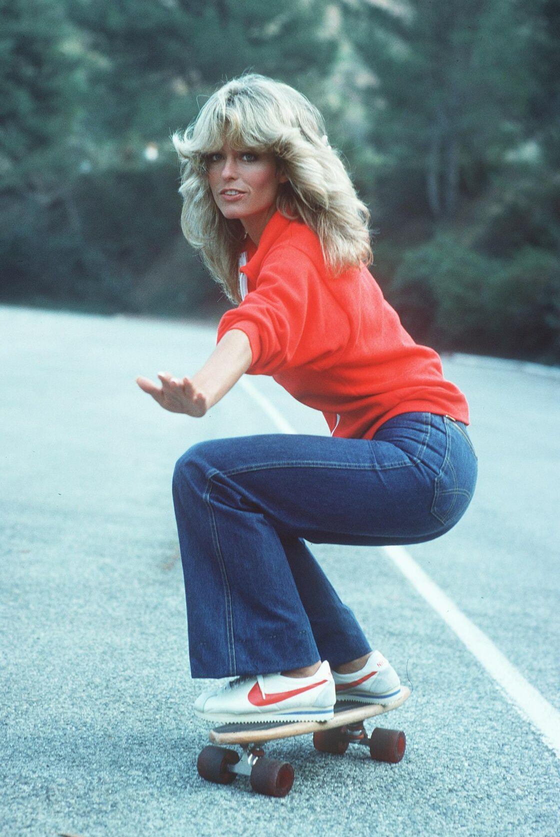 Farrah Fawcett immortalise le jean flare dans Drôles de Dame sur un skate en 1976.