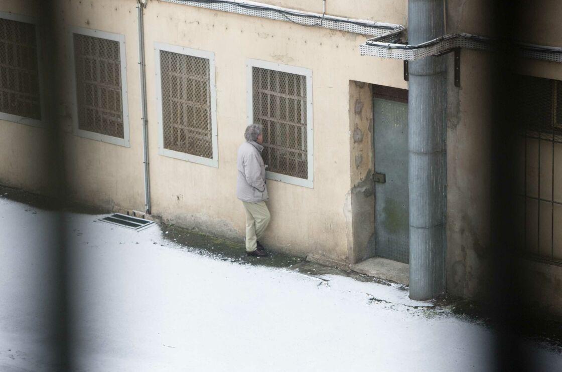 Un prisonnier discute avec un détenu depuis la cour de la maison centrale d'Ensisheim, en 2010