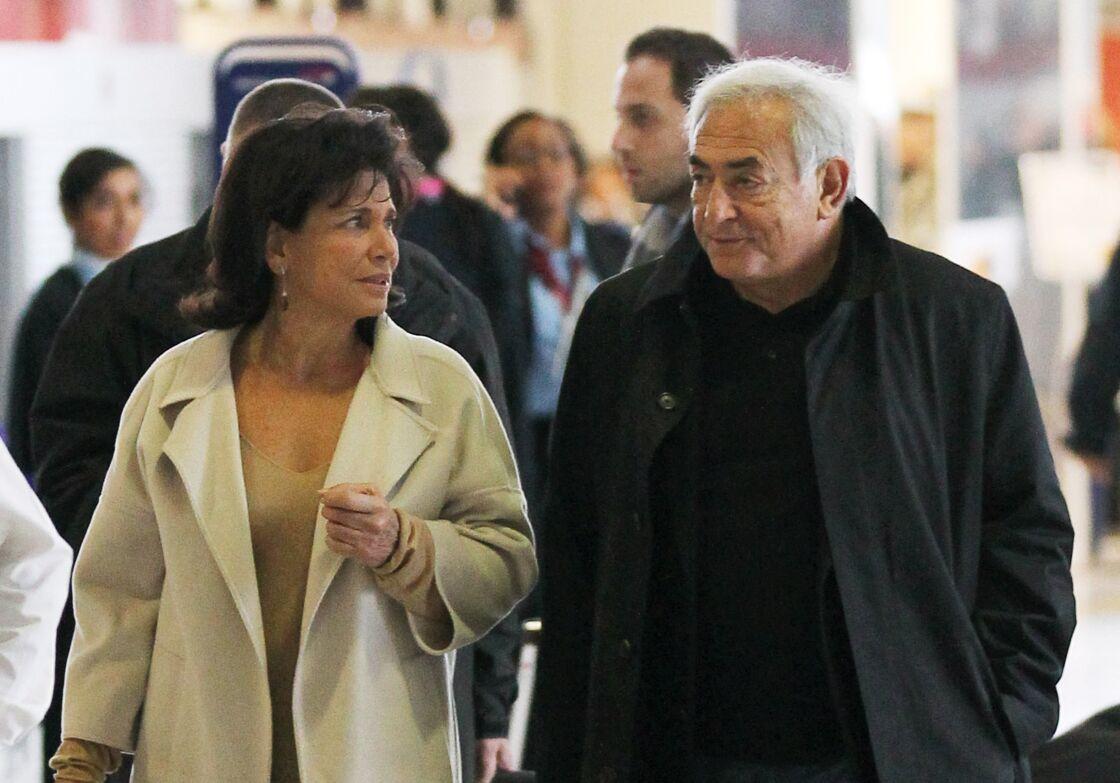 Anne Sinclair et Dominique Strauss-Kahn à l'aéroport Charles de Gaulle, à Paris, en novembre 2011.