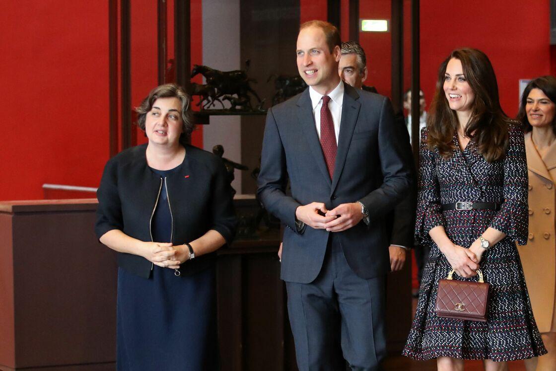 Laurence des Cars, présidente du musée d'Orsay, et le prince William et Kate Middleton visitent la galerie des impressionnistes au musée d'Orsay à Paris le 18 mars 2017.
