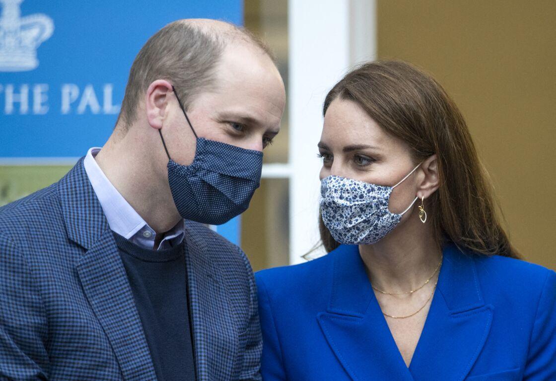 Kate Middleton multiplie les colliers en accumulation et porte pour la première fois, ses nouvelles boucles d'oreilles