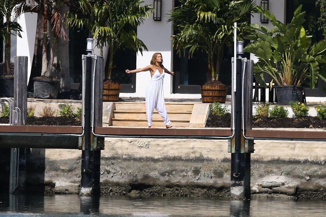 Jennifer Lopez fait des étirements pieds nus devant la maison qu'elle partage avec Ben Affleck à Miami le 25 mai 2021