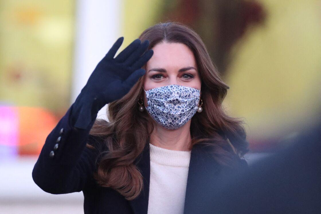 Kate Middleton avec ses boucles d'oreilles en or et perles Simone Rocha qu'elle porte en permanence ce printemps 2021
